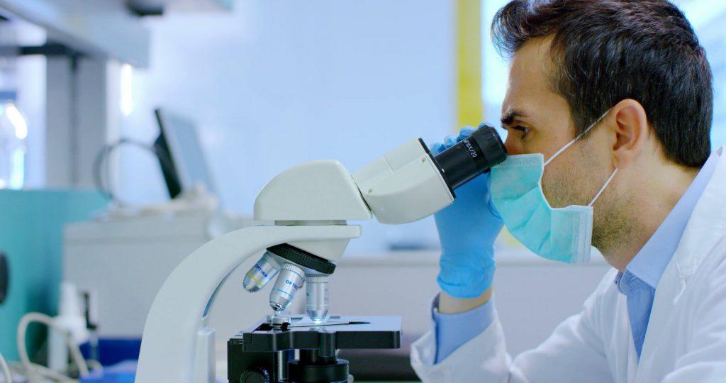 доктор с микроскопом