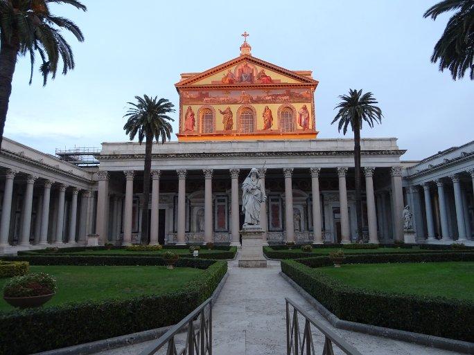 колонны и памятник
